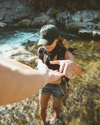 Femme debout sur le point de tenir la main d une autre